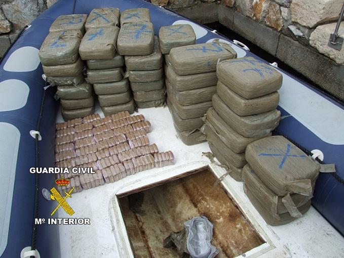 La Guardia Civil  detiene a dos persona y decomisa  una embarcación  con casi cuatrocientos kilos de hachís