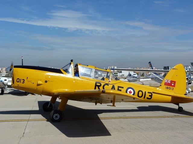 Carlos Bravo y su avión De Havilland Canada DHC-1 Chipmunk en el VIII Festival Aéreo Internacional de Motril.