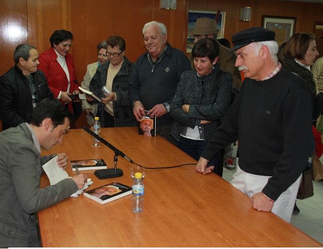"""Buena acogida  en la presentación de la novela """"El olor de la chirimoya"""" en Almuñécar"""