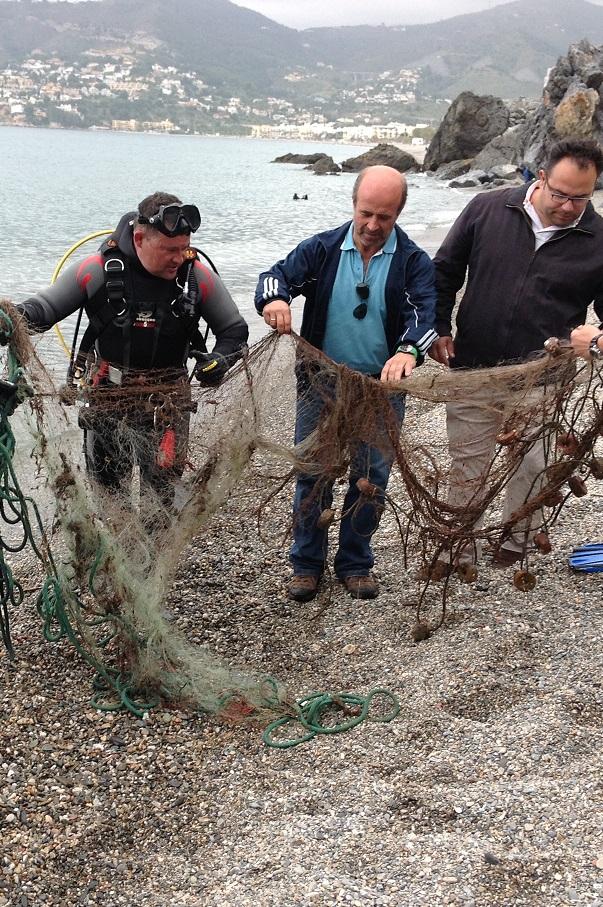 Buceadores recuperan y retiran del fondo del mar  dos redes pesca  ilegal