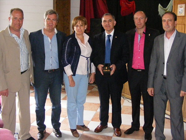 El subdelegado del gobierno en Granada, Santiago Pérez, recibe la Níspola de Oro en Otívar