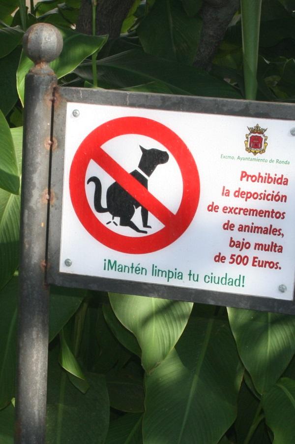 Almuñécar intensifica la campaña informativa contra las cacas de perros en calles y parques
