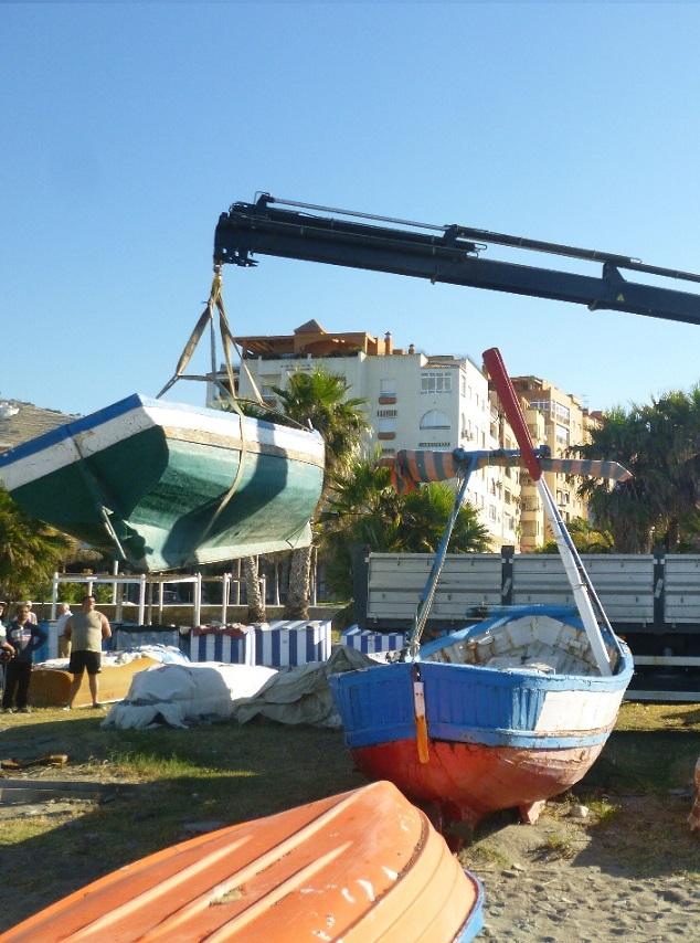 Almuñécar  inicia la retirada de embarcaciones ilegales de las playas