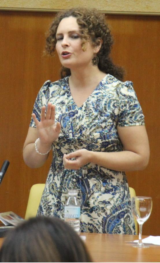 """La escritora  Marina Tapia presenta con éxito en Almuñécar   su primera obra en solitario  bajo el título """"50 mujeres desnudas"""" y ofrece un recital poetico"""