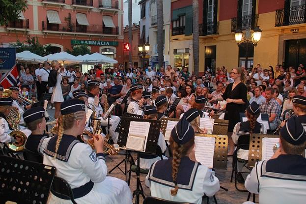 Las bandas de música de Almuñécar y la noruega de  Lillehammer ofrecieron un bonito concierto en la plaza del Ayuntamiento sexitano