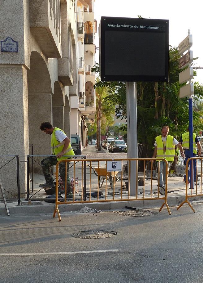 El Ayuntamiento Almuñécar modifica el acerado en la Carrera de la concepción para garantizar la seguridad vial