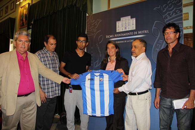 La alcaldesa felicita al nuevo fichaje del C.F. Motril, Al Shuwaier Abdullah-Mansour