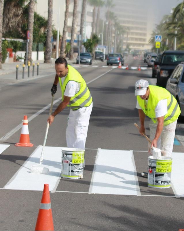 El Ayuntamiento de Almuñécar mejora la señalización viaria del paseo de Velilla –Tesorillo