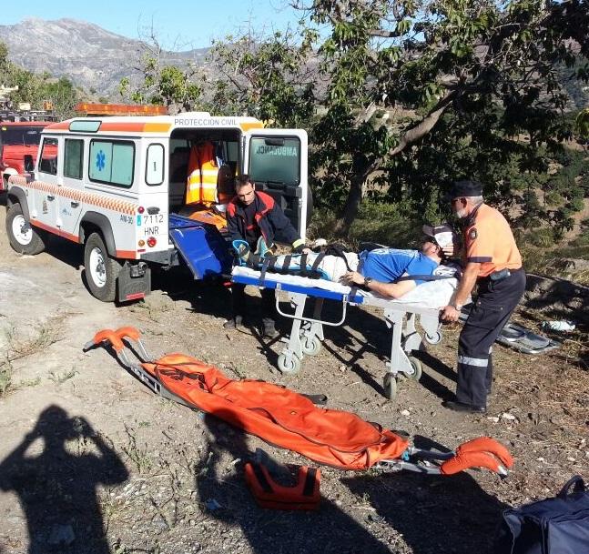 Rescatado un parapentista alemán  herido en una pierna  cuando volaba en Almuñécar
