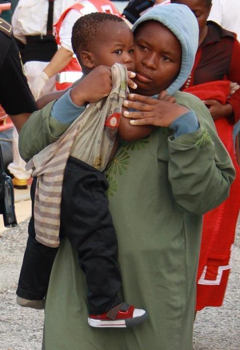 Las madres e hijos inmigrantes llegados en patera a Motril serán trasladados a casas de acogida