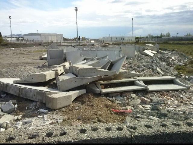 Cruce de críticas PP-PSOE de Salobreña por restos de hormigón en la zona del polideportivo