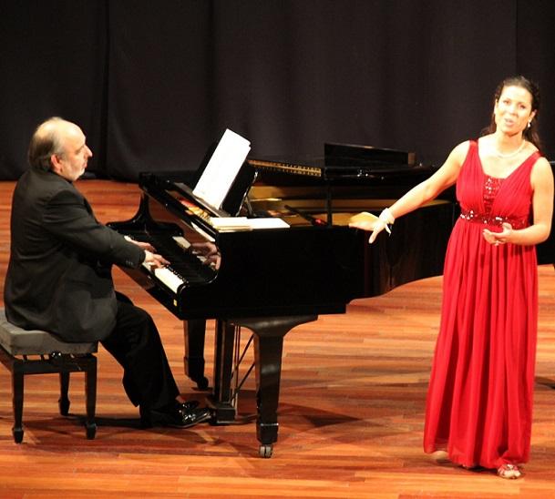 El pianista Juan José Muñoz Cañivano  y la cantante Raimi Margrethe Sydergaard pusieron colores a la música en Almuñécar