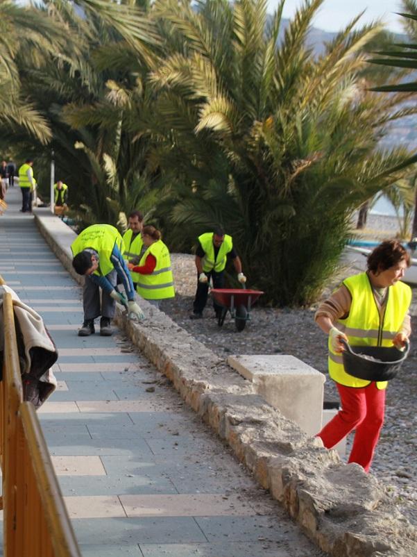 Un total de quince desempleados se encargan  mejorar el paseo Reina Sofía y Velilla