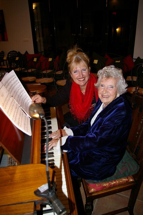 Agnes Cook-Bainbridge de 90 años ofreció el concierto de Navidad de Acompalia