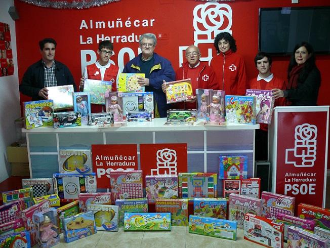 El PSOE entrega más de 60 juguetes nuevos a Cruz Roja para la campaña solidaria 'Ningún Niño sin Juguete'