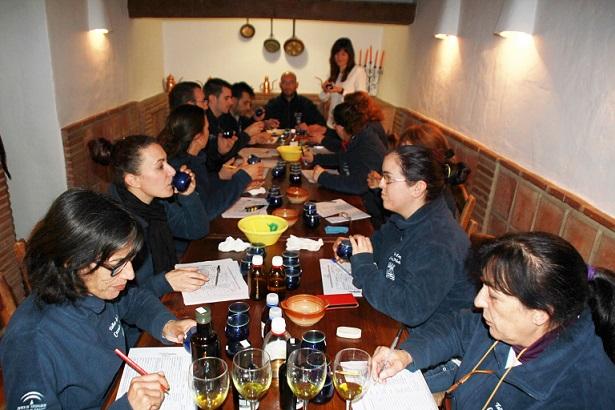 """Los alumnos de cocina del Taller de Empleo """"Cazuela Mohína"""" de Almuñécar conocieron  los aceites andaluces"""