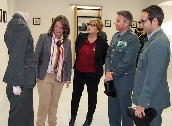 El Llano trabajará para asentar una exposición permanente con objetos de la Guardia Civil en el castillo de Carchuna