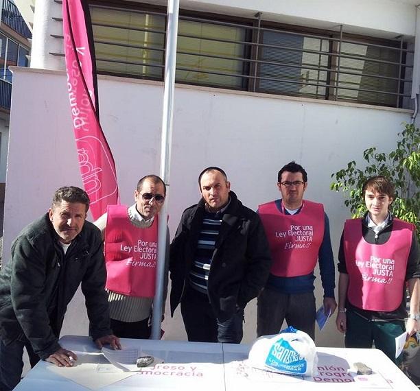 UPyD recoge medio centenar de firmas en Salobreña para cambiar la Ley Electoral