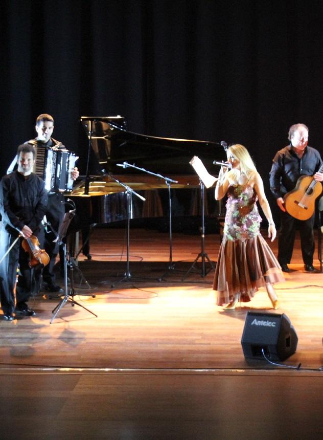 La cantante María José Bravo presentó con éxito en Almuñécar el espectáculo Siempre Boleros