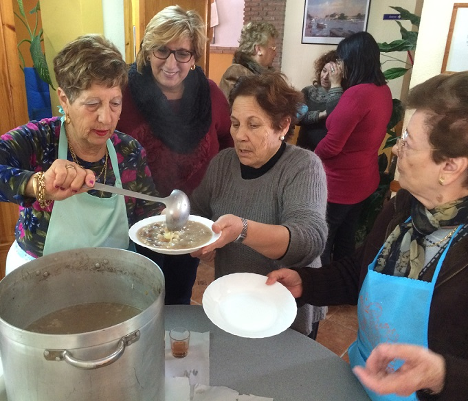 Los mayores de Calahonda celebran la tradicional Olla de San Antón