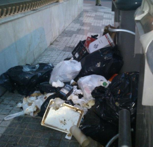 Salobreña vuelve a apelar al civismo de los vecinos para que depositen las bolsas dentro de los contenedores