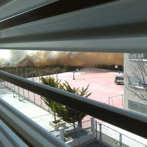 Desalojan dos centros educativos de Salobreña por el humo que generaba unos cañaverales incendiados