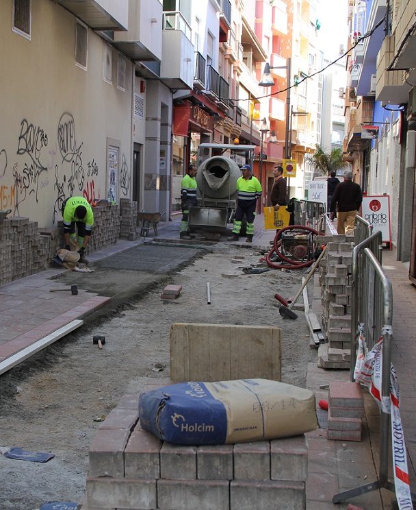 El Ayuntamiento de Motril acondiciona la calle Tejedores a petición de vecinos y comerciantes