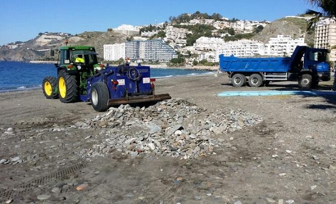 El Ayuntamiento sexitano vuelve a poner a punto las playas tras el temporal