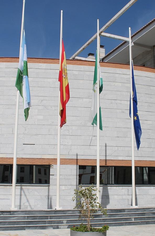 Las banderas a media asta en Salobreña por Adolfo Suárez