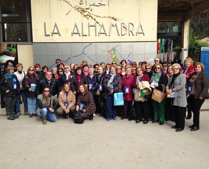 Más de medio centenar de mujeres de Salobreña realizan una visita a La Alhambra