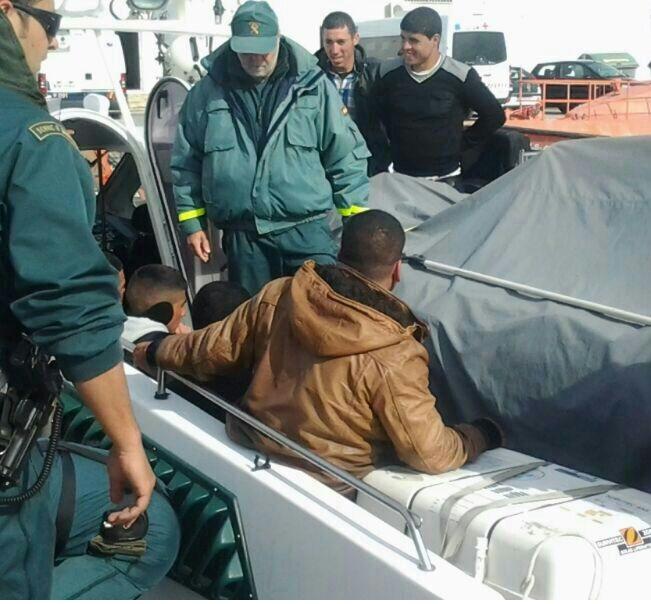 Acaban de llegar al puerto de Motril 8 inmigrantes magrebíes que navegaban en una patera