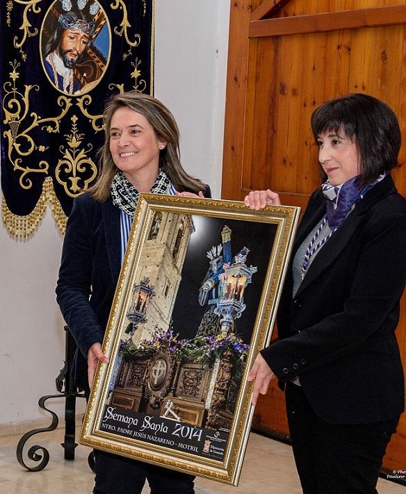 La alcaldesa entrega a la cofradía del Nazareno el cartel provincial de la Semana Santa