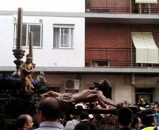 Se cae el Cristo de la Expiración de Motril hiriendo a tres costaleros