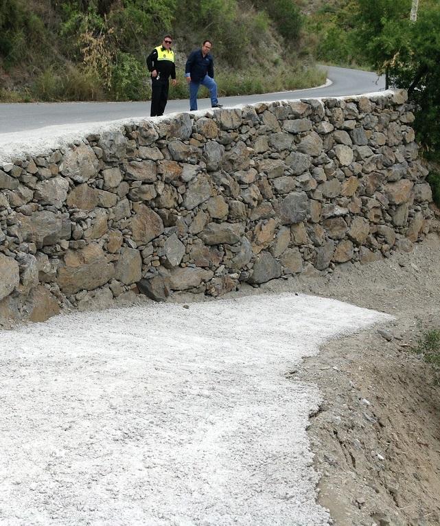 El Ayuntamiento sexitano invierte casi 18000 euros en la construcción de una escollera en el Carril de Río Jate
