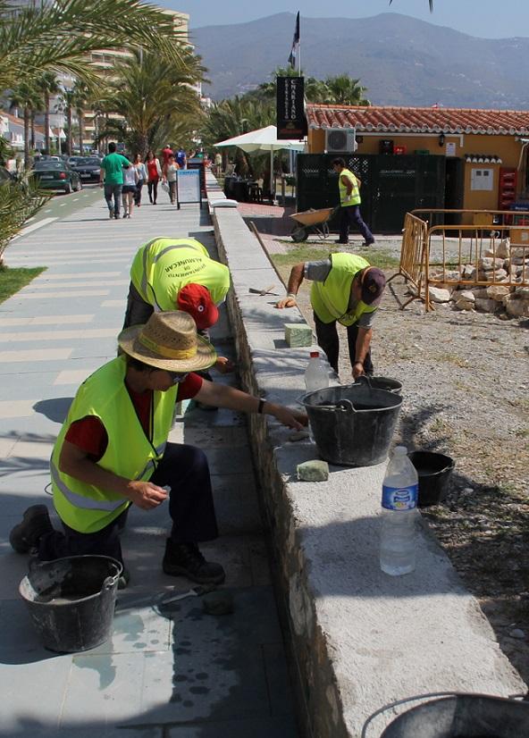 Esta semana finalizan  los trabajos de construcción de  un murete - asiento del paseo Reina Sofía
