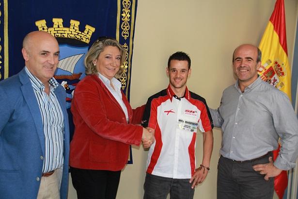 La alcaldesa de Almuñécar felicita y anima al ciclista  sexitano Pablo Jerónimo Fornes por su participación en la prueba Titan Series