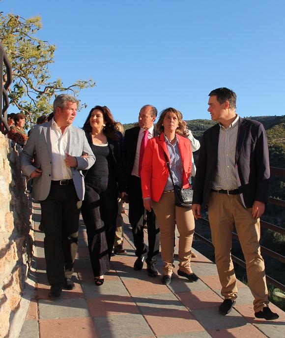 La delegada del gobierno en Andalucía, Carmen Crespo, recibe la Níspola de Oro en Otívar