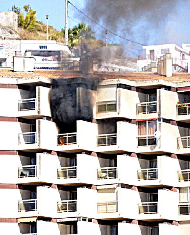 Se incendia un apartamento del noveno piso de Chinasol Playa en Almuñécar