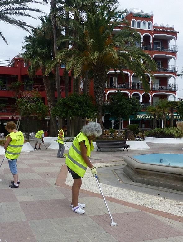 Almuñécar realiza una campaña manual de limpieza en paseos marítimos