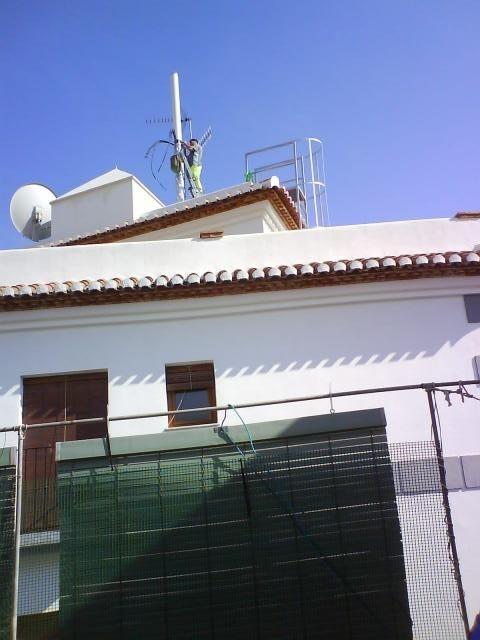 IU Almuñécar critica la dejadez del equipo de gobierno al no retirar la antena de telefonía de Baja del Mar