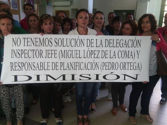 Mientras sigue el encierro en el IES Javier de Burgos la Junta considera precipitada la protesta