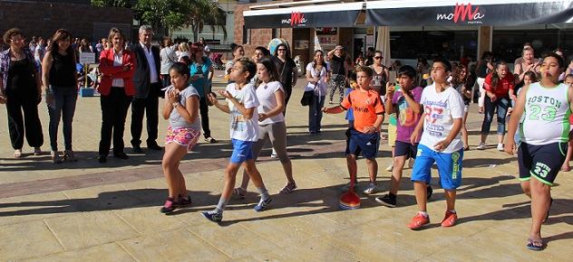 Más de 200 familias disfrutan de una jornada lúdica y deportiva en la plaza de la Coronación