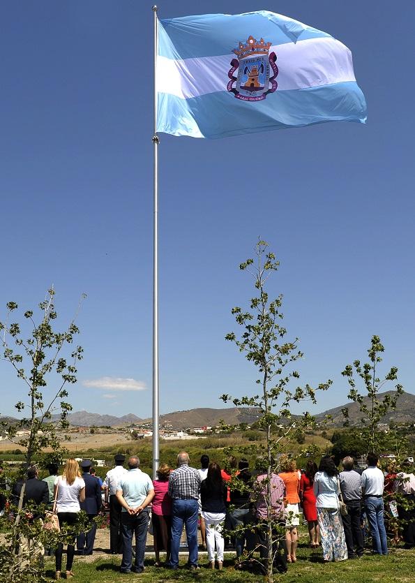Motril iza su bandera en la rotonda de acceso por Puntalón con motivo del Día de la Ciudad