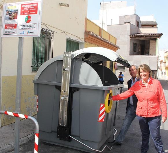 Motril instala contenedores adaptados para personas con movilidad reducida