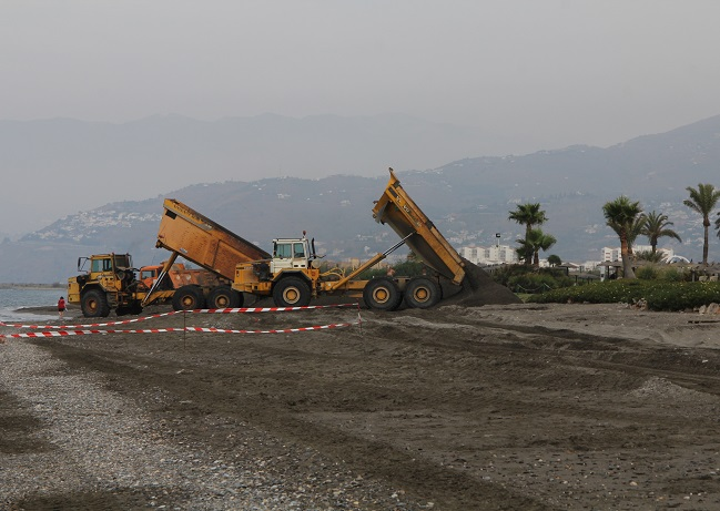 Costas trabajará en la regeneración de Playa Granada hasta la próxima semana