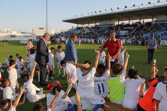 Casi quinientos alumnos de la escuela municipal de fútbol clausuran el curso en el Escribano Castilla