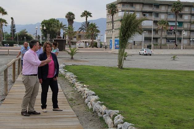 Motril mejora la imagen turística de nuestras playas con la construcción de nuevas islas verdes y el repintando de las farolas del paseo marítimo