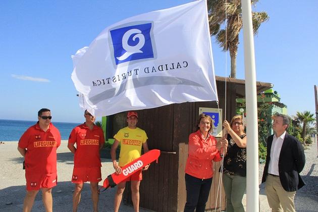 Las playas motrileñas ya lucen sus banderas 'Q' de calidad