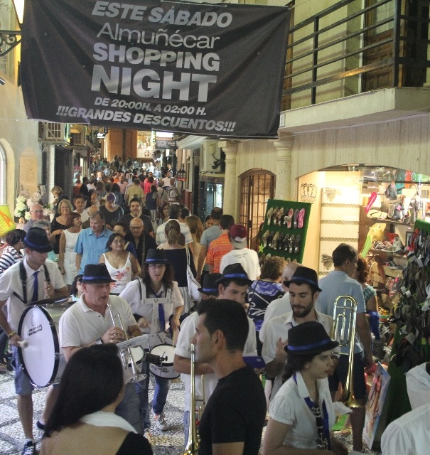 Más de medio centenar de establecimientos se sumaron a la primera shopping night del verano de Almuñécar