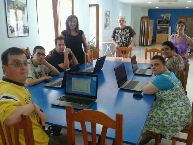 El Ayuntamiento y Cruz Roja enseñan informática a discapacitados y a mayores